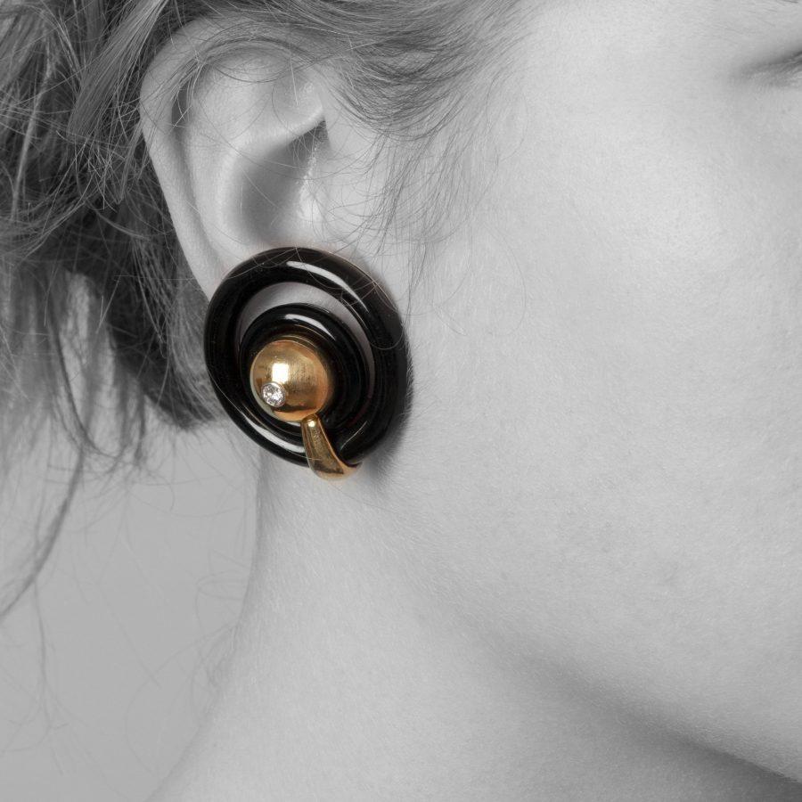 Cartier geelgoud en onyx mid modern oorclips Parijs