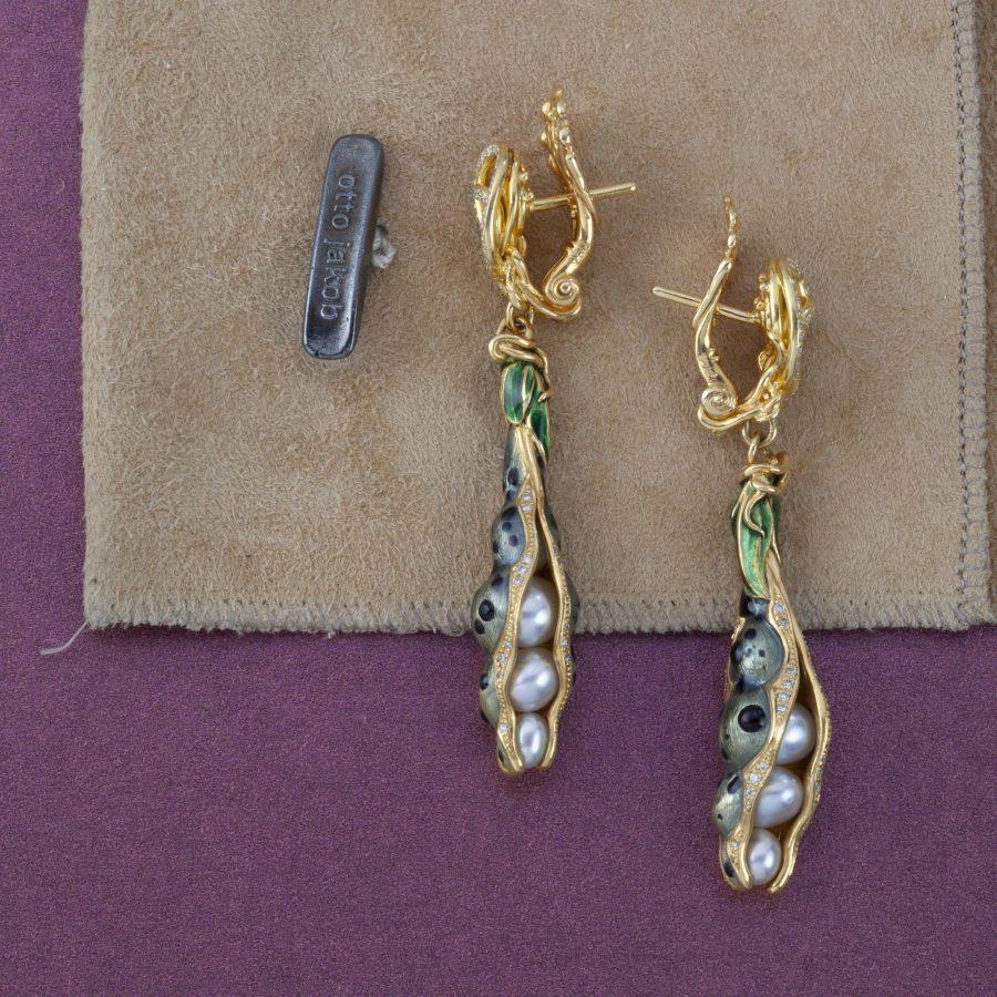 Otto Jakob Schoten oorbellen met parels, diamant en emaille, 2005